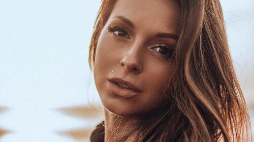 Скопировала образ Анджелины Джоли: певица Нюша показала горячие фото в кожаном плаще и подвязках – скромность не ее конек