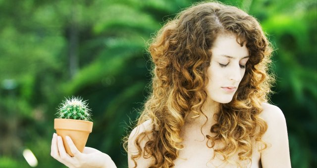 2018Girls___Beautyful_Girls_Beautiful_girl_with_closed_eyes_with_a_cactus_in_hand_128595_