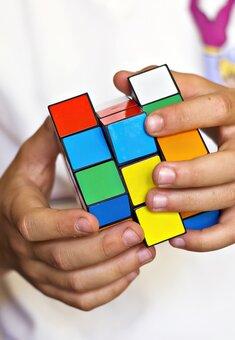 Юный украинец умеет собирать кубик Рубика в рекордно короткое время