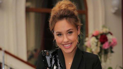 """21-річна Даша Квіткова з """"Холостяка"""" випускає нову колекцію одягу від власного бренду"""