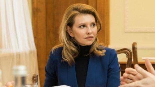 В обычном трикотажном платье и без макияжа: в Сети появилась неизвестная фотография Елены Зеленской
