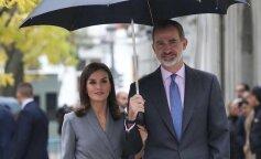 В сером платье под зонтом: королева Летиция с королем Филиппом VI посетили мероприятие в Мадриде