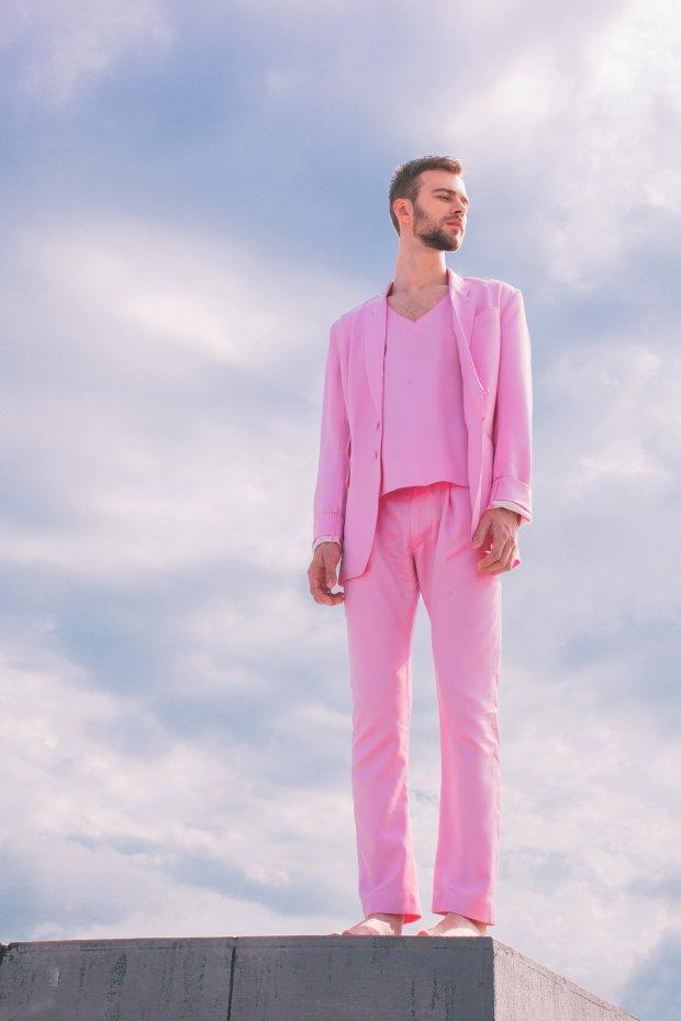 для пацан в розовом костюме прогулочной