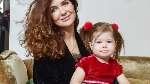 """С Лизой Галкиной не сравнится: звезда """"Бедной Насти"""" показала, как ее пятилетняя дочь умеет читать"""
