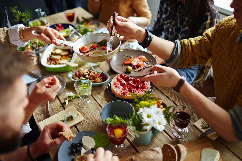 большая семья за обедом еда для кого-то является