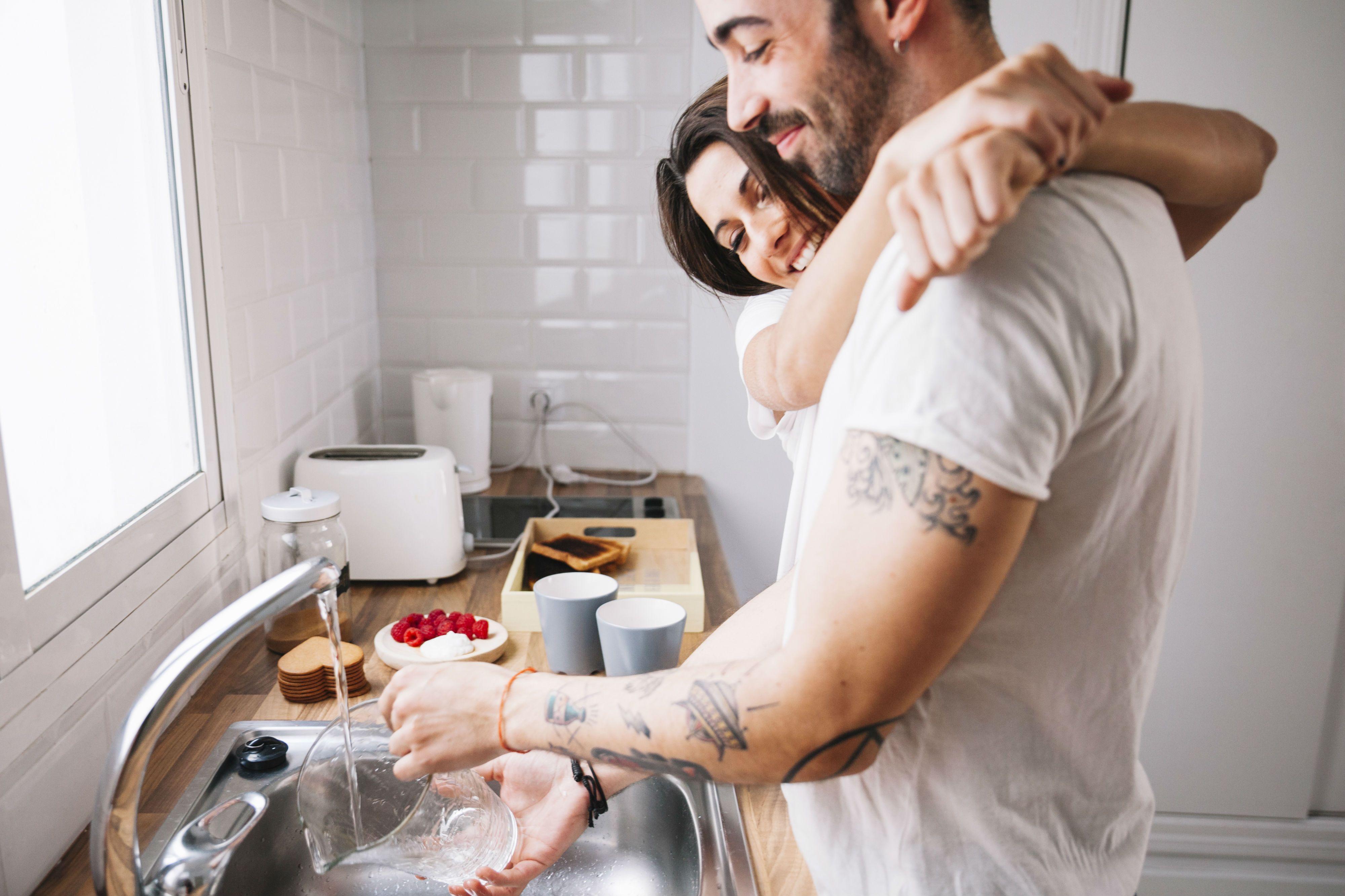 картинка муж моет посуду обновила перечень