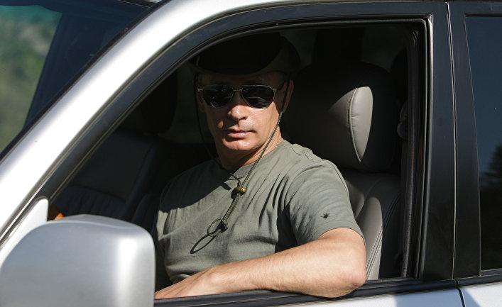 Картинка парень в очках в машине